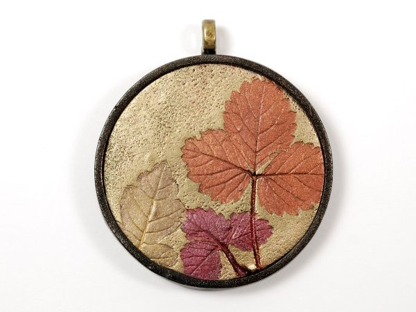 Make this autumn leaf pendant with the free Mica Leaf Tutorial by The Blue Bottle Tree.